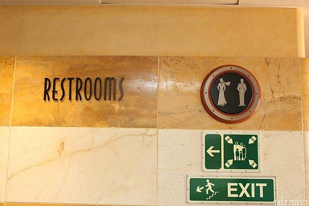 レストルームもフォーマルな衣装の標識に。