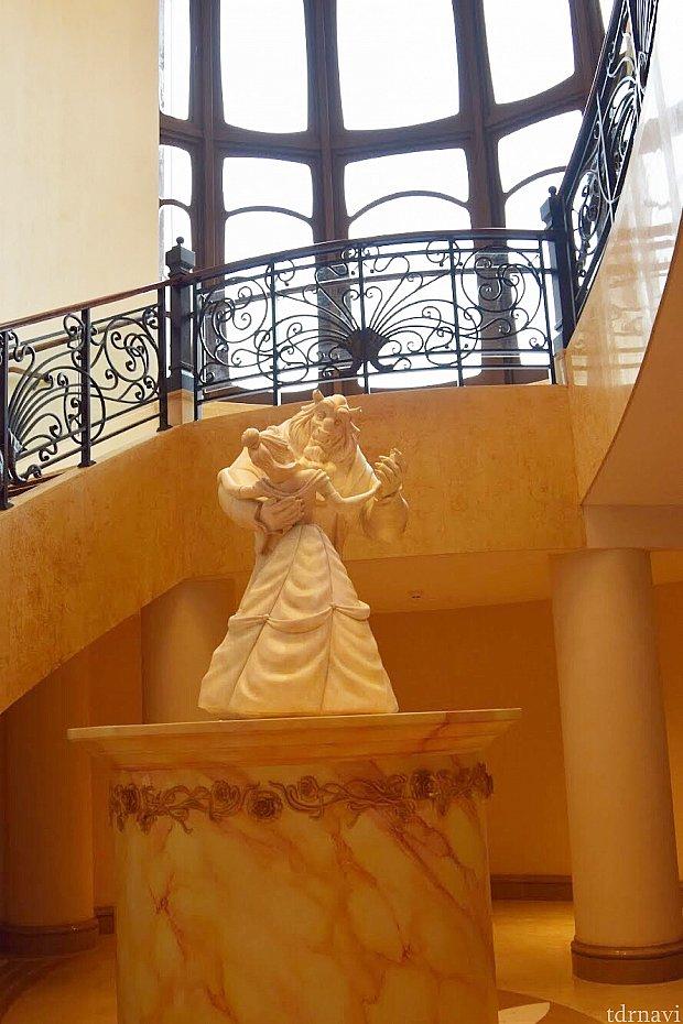 ホテルのロビーから階段を降りると、ベルと野獣の石像が!
