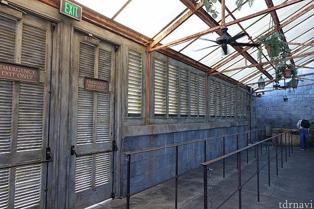 温室のキューラインは外が見えないように壁が設置されていました。