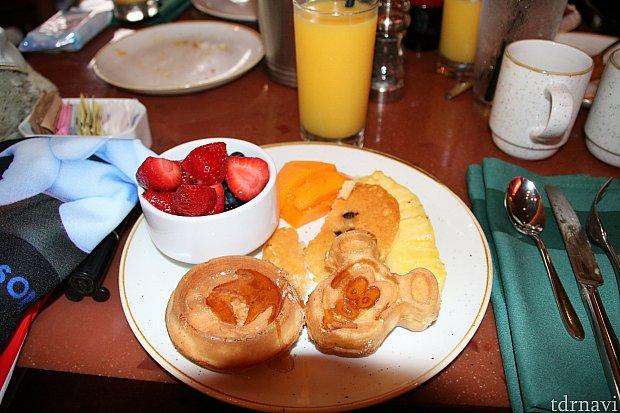 ミッキー型ワッフルとスティッチの形で焼かれたワッフルの2種類があり、フルーツと食べるのがおすすめです。