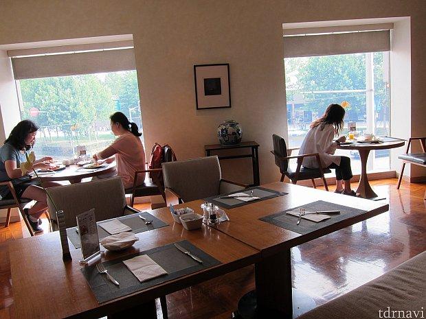 朝食は2Fラウンジでビュッフェ形式の朝食でした。