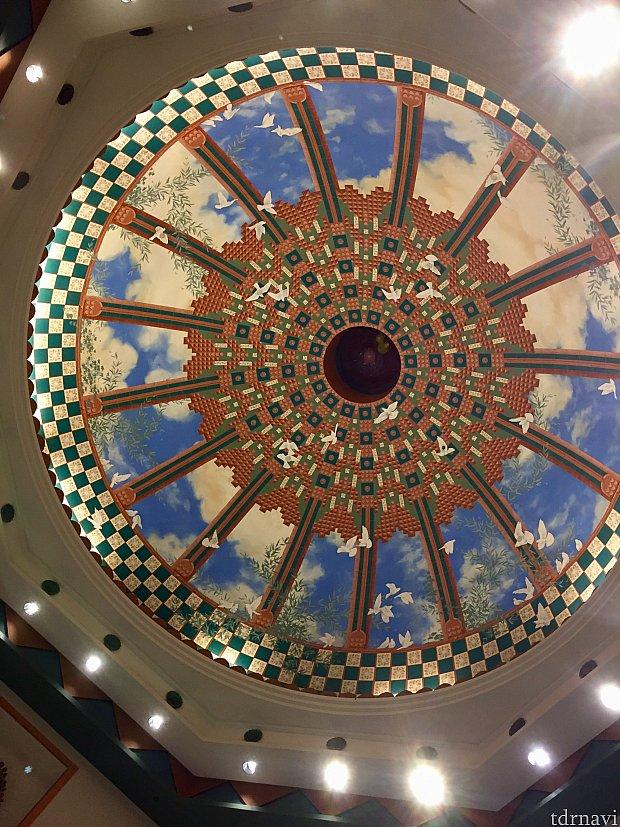 その上の天井もかなり印象的です。