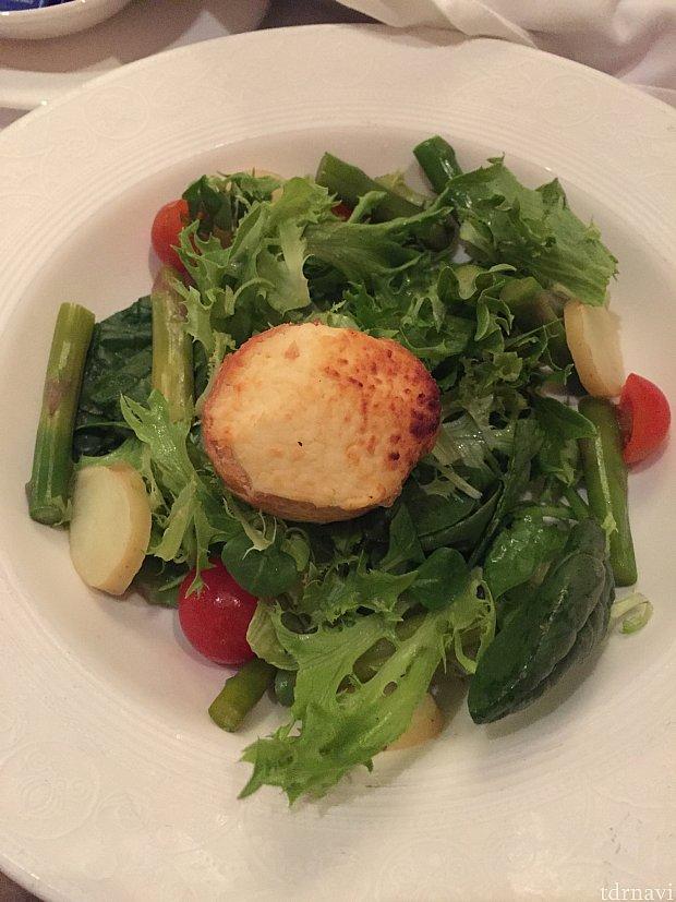 サラダ。海外にありがちな、ドレッシングかけ過ぎ!が無く、上品な味付け。