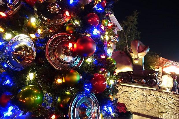 タイヤのホイールが飾られたクリスマスツリー。
