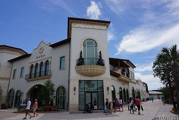 ディズニースプリングスにはZARAなどの人気ショップもあります。