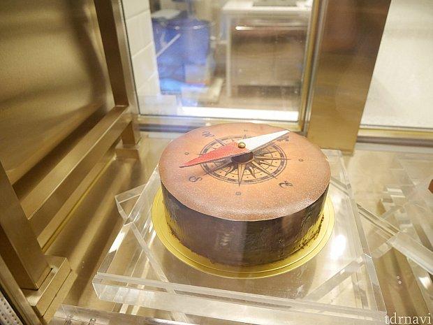 こちらは大きなケーキ。厨房付近にディスプレイとして並んでます。