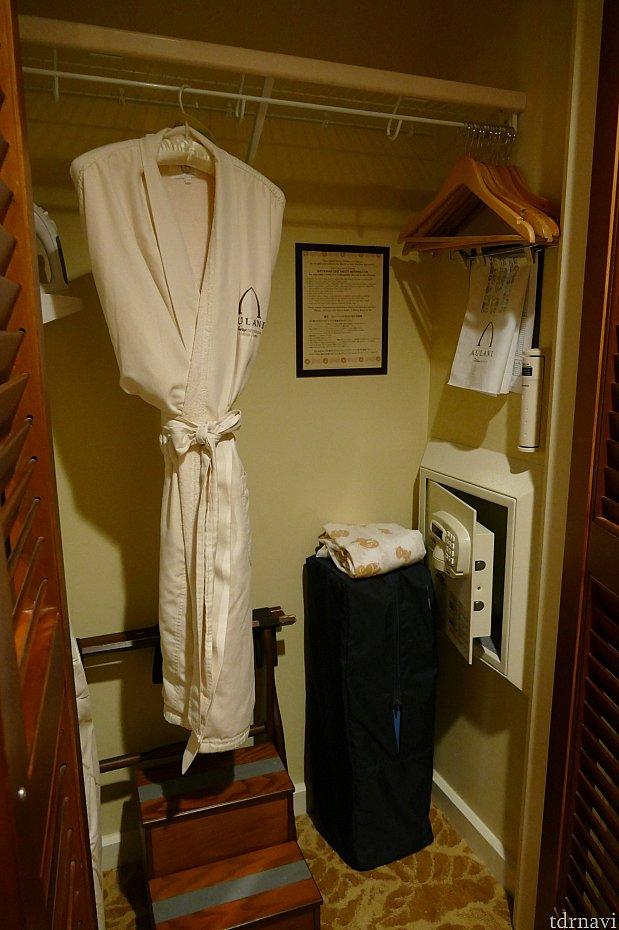 クローゼットには、セーフティーボックス、ランドリー袋、アイロンなどがありました。バスローブも1着こちらにありました。