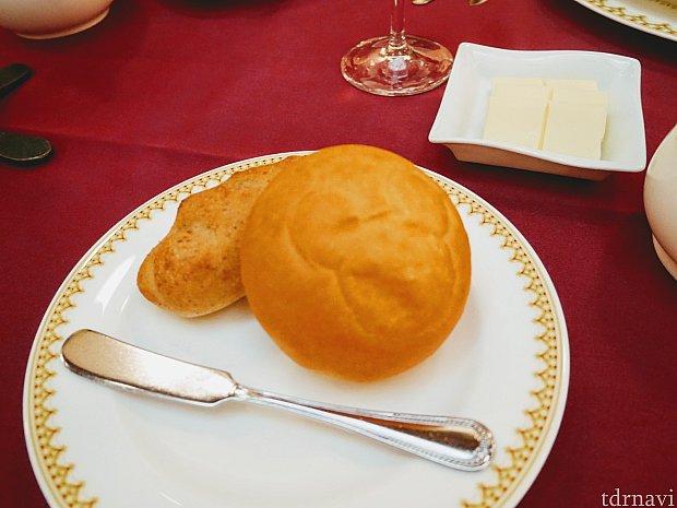 パンは左がライ麦の硬いパン、右が米粉の柔らかいパン。おかわり自由だったのでガッツリ食べました😁米粉がオススメ❤