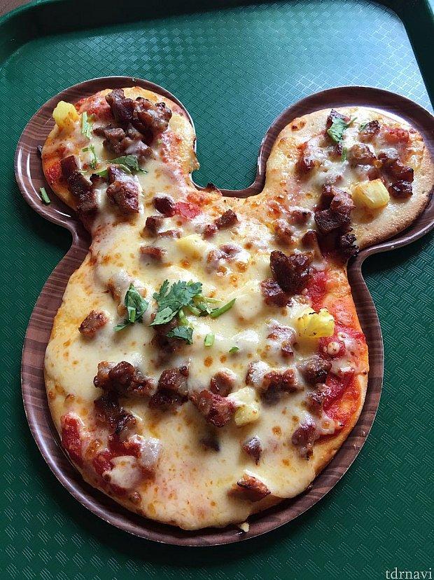 ミッキーシェイプのBBQポーク&パイナップルピザ。パクチーが乗ってるのは中国風。
