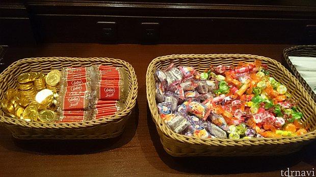 お菓子がちょこちょこ。