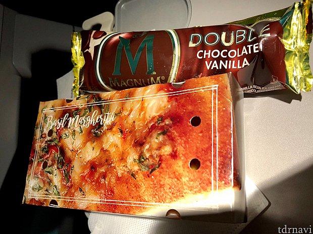 軽食は包みピザ。これはまあまあ。マグナムのアイスクリームはキャラメル入りで、喉がツーンとする程甘くて食べられませんでした。アメリカのスイーツ慣れてるんですけどね。笑