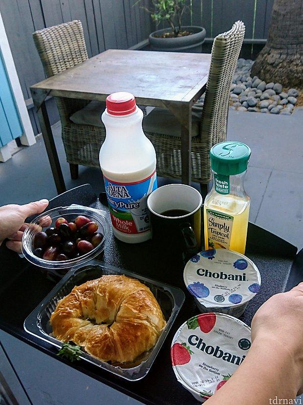 コンビニやドラッグストアのフードで、オシャレ朝食♪ ギリシャヨーグルトが美味しいです♡