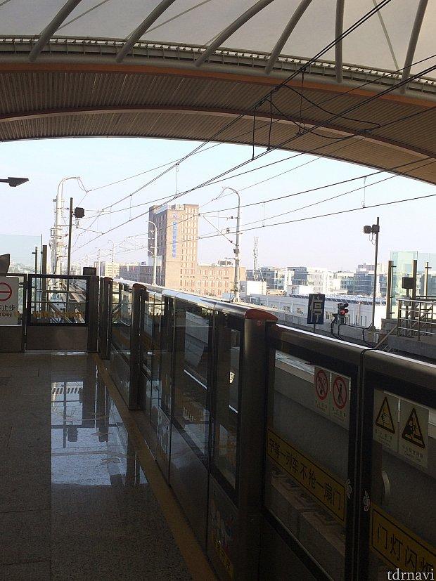 最寄りの駅からの見えるホテルです。