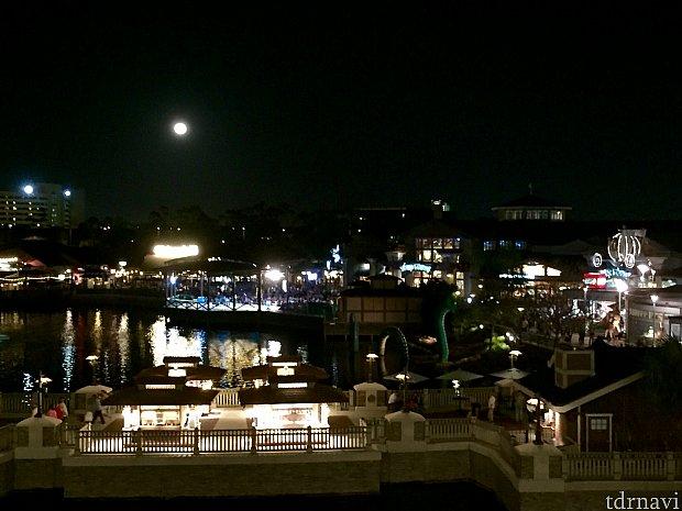 丁度満月も。写真より大きく見えました。