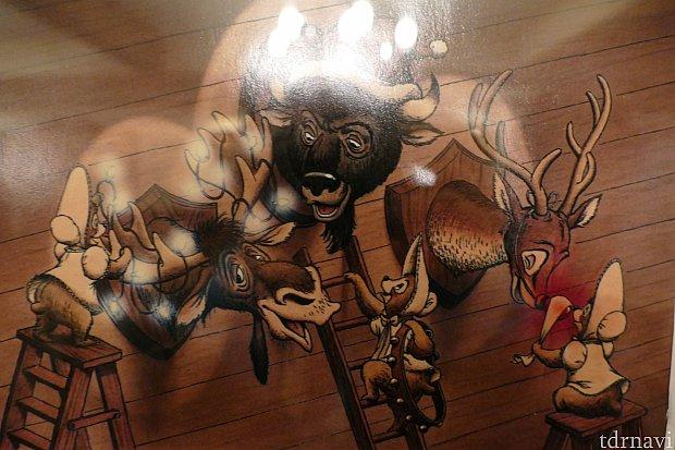 壁掛け剥製の3匹をデコレージョンするザ・サンボンネッツ。マックスは鹿ですがトナカイのように鼻に赤いランプをつけてもらっています。
