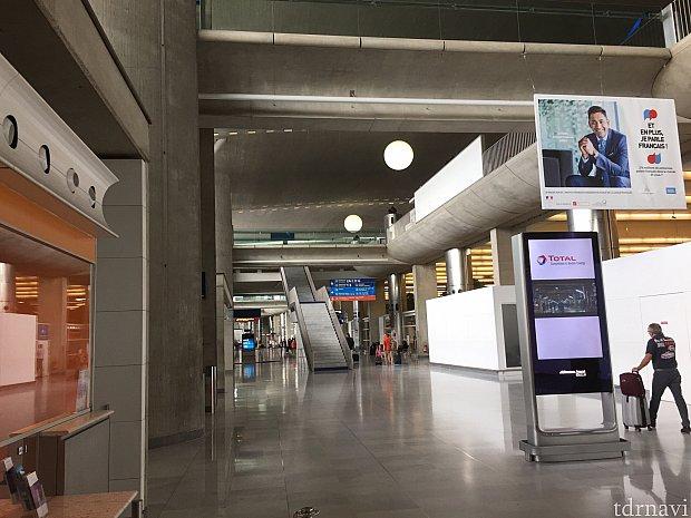 シャルルドゴール空港内。