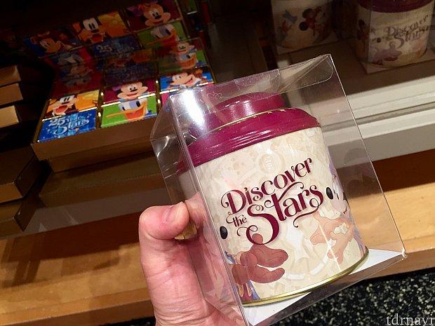 丸い缶に入ったフレーバーグリーンティー。12.99ユーロ。