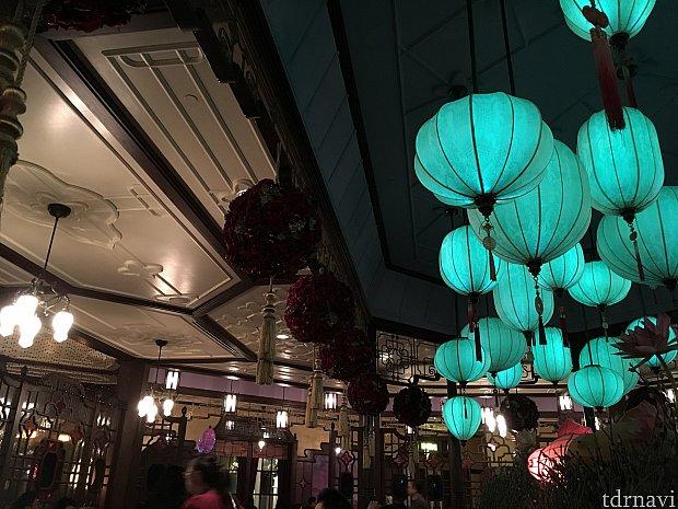 店内は中国風な佇まい。明かりが美しいですね
