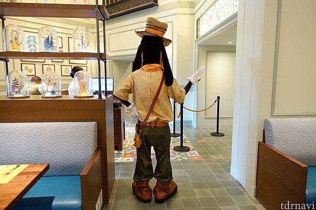 暇そうなグーフィーはレストランの入口でポージングして静止!(笑)