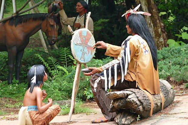 インディアン達を観察するのがとても楽しい!なんの絵を描いてるのかな?