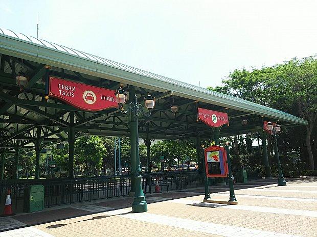 ランドのタクシースタンド。写真は反対側からですが、パークからだと、手前から青⇒緑⇒赤の乗り場になります。