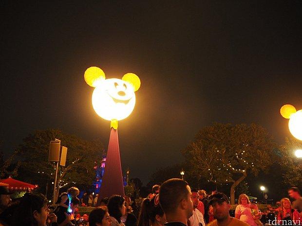 夜になると、この街灯が出現!