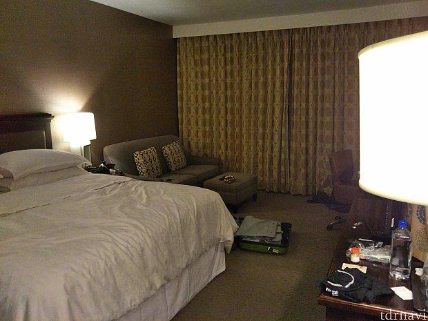 部屋は広くて快適。ベッドは高く、ふかふかです。