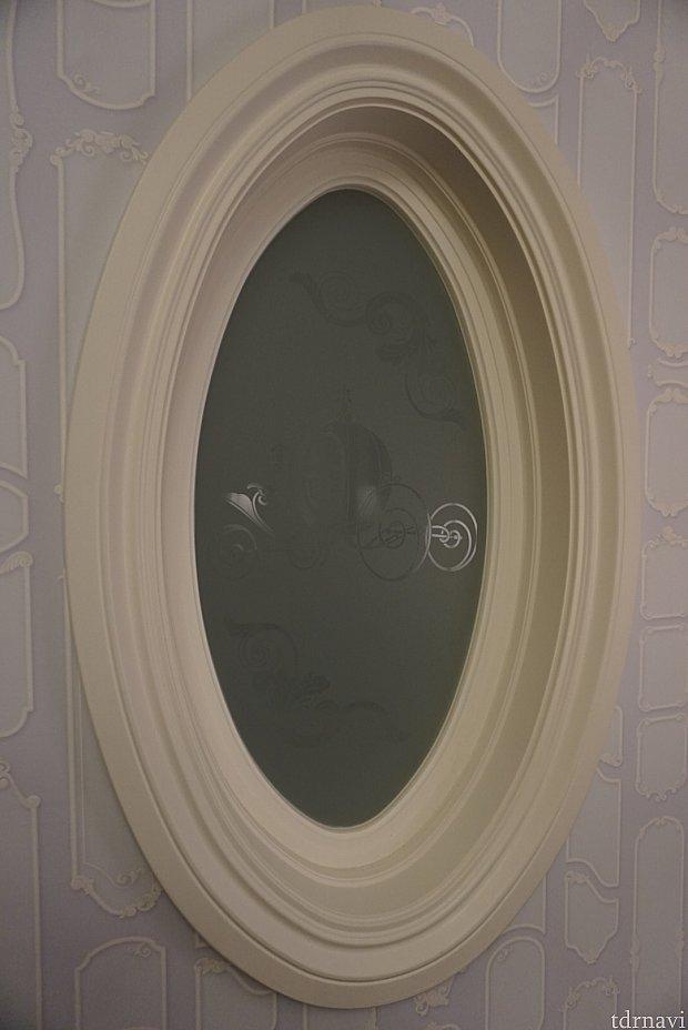 浴室の窓にもカボチャの馬車が。芸が細かいです。