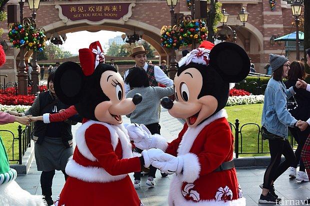 ミッキーとミニーちゃんが手を取り合ってダンス❤️ 後方に選ばれし幸運なゲストの方々もダンスしてます✨