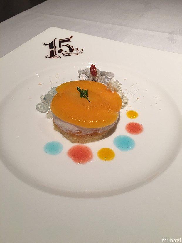 15周年ロゴがチョコレートで描かれている目玉なデザートプレートです💕クリスタルカラーのソース添えが綺麗で、桃のムースがうまいです!