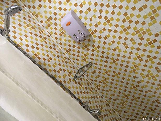 問題のシャワー。水圧もそうですが、シャワーカーテンしかないので、水が洗面台方向に流れバスマットを水浸しにしたことも…ご注意ください
