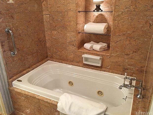 ここからはバスルーム。お風呂は試していませんが、ジャグジーになるそうです