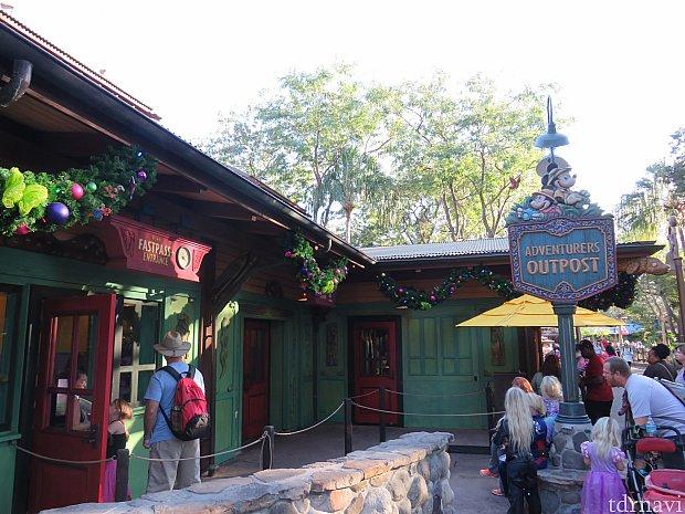 アドベンチャー・アウトポスト入口ここでミッキーとミニーに会うことができます。
