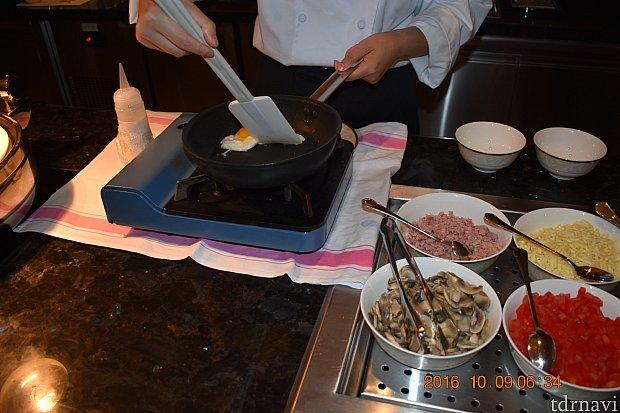 朝ラウンジ内でオムレツ焼いてくれます♪香港にはないサービスですね💕