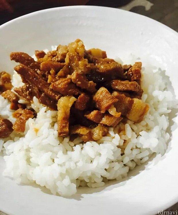 鲁肉飯とはこんな感じのご飯です。