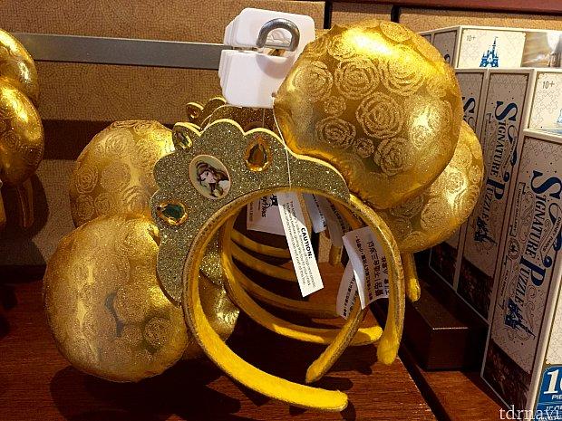 ゴールドのティアラ風のカチューシャ。