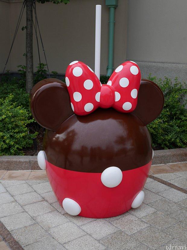 大きなリンゴのオブジェが目印です!帰り際にお菓子がさっと見れるので便利です!