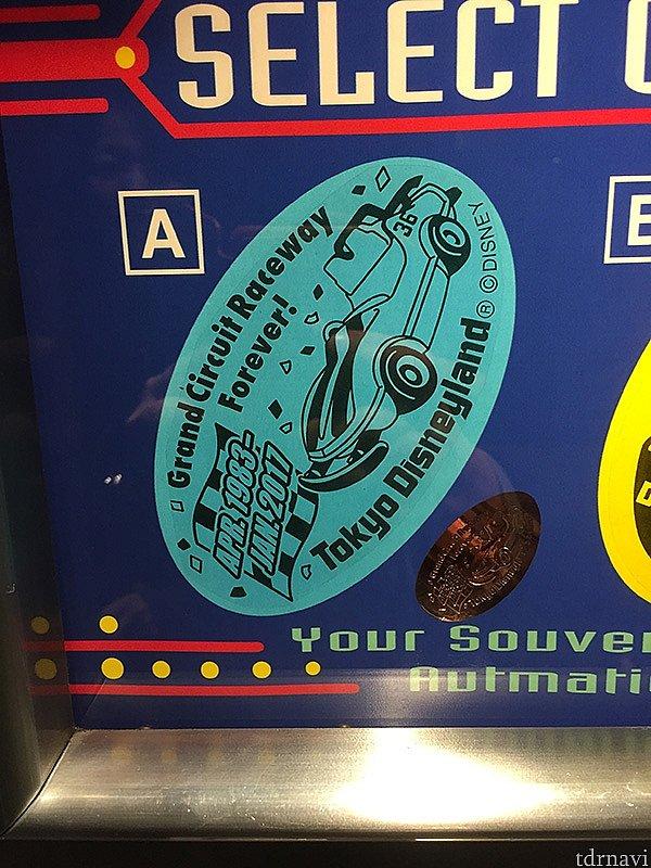 スーベニアメダルはトゥモローランド・テラスの横で販売中