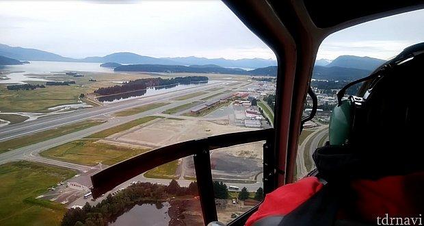 国際空港そばのヘリポートから離陸