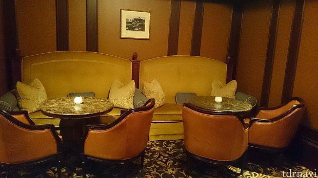 奥のお部屋にはこんな隠れ家的ソファーのスペースも。