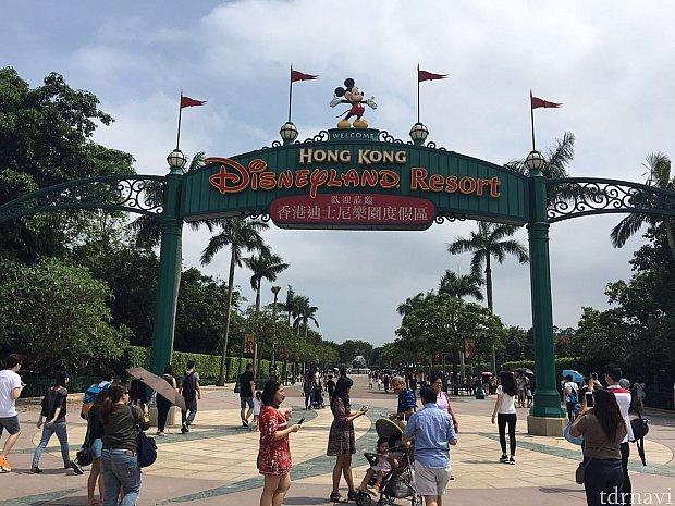 駅を出ると香港ディズニーランドはすぐその前!