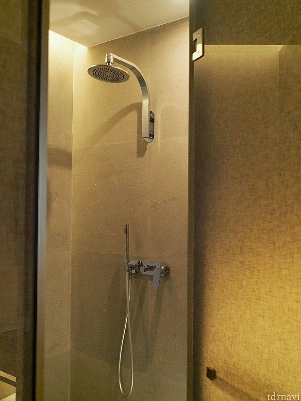 浴槽は無く、シャワーのみ。水圧抜群!