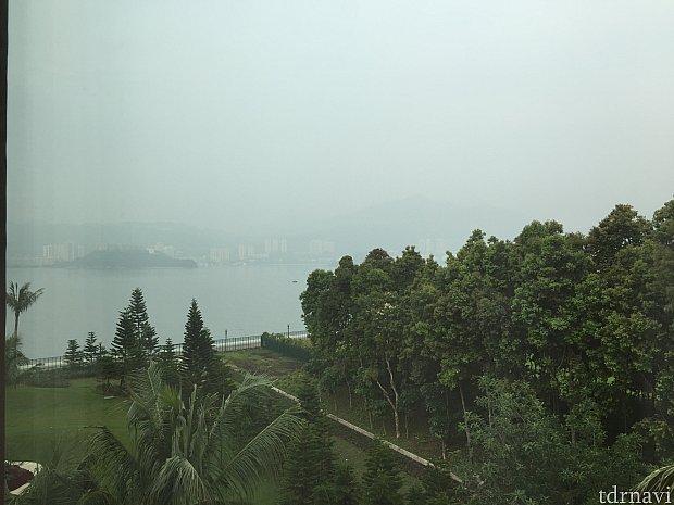 朝の部屋からの景色お天気がいまいちですが、海も少し見えました\(^^)/