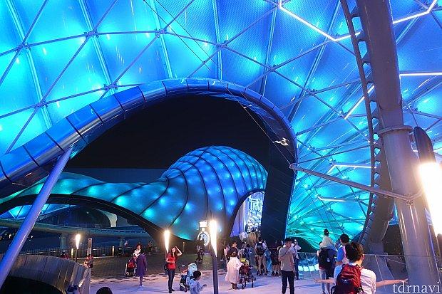 屋外コースの上には巨大な屋根が設置されていて、夜は七色にグラデーションします!