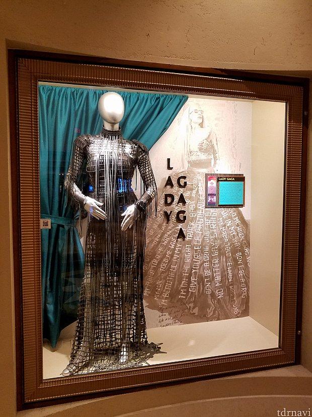 レディ・ガガやプレスリーの衣装が館内に展示されています。