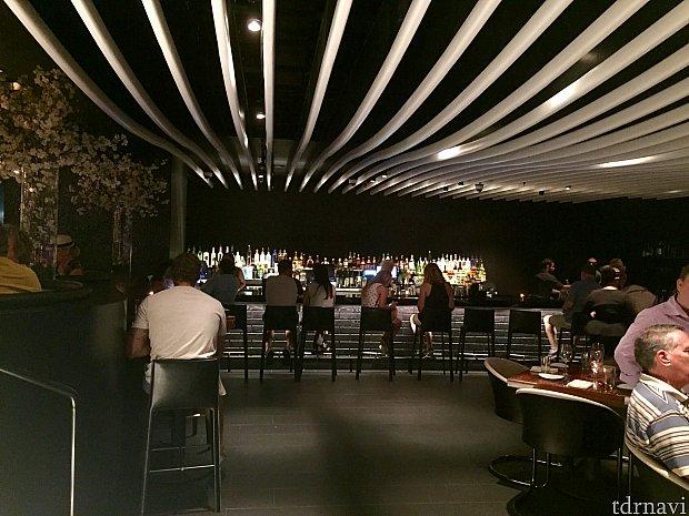 各階に設置されたバーには予約は必要ありません。席を案内されるまでにお酒を注文するも良し、ここでお酒だけを楽しむこともOKです。