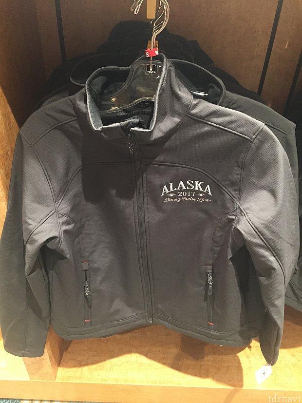 アラスカには必需品。ジャケット。他にもパーカーやTシャツもあります。