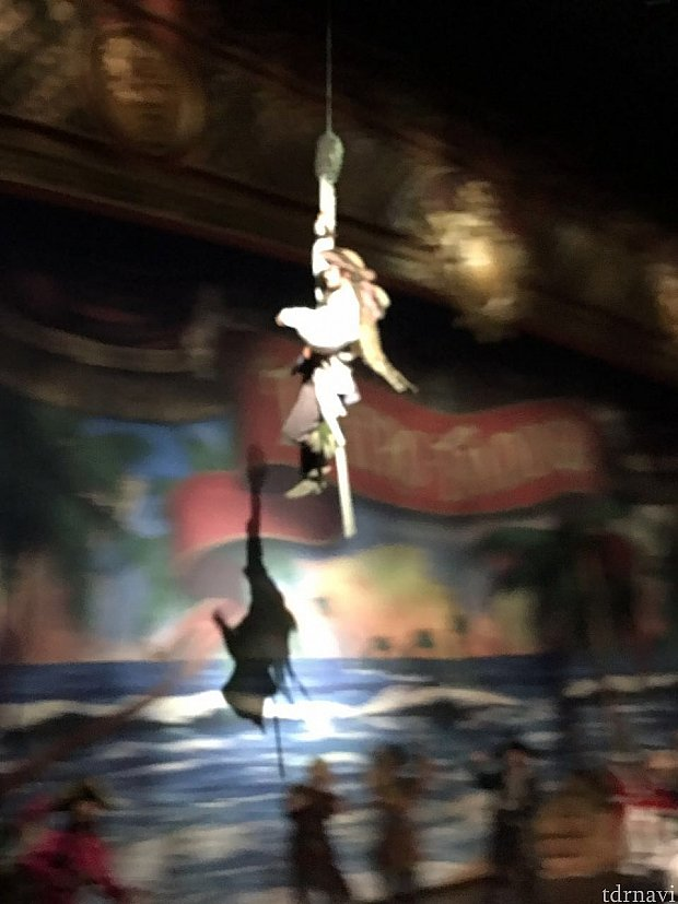 そこで観客席後方からジャック・スパロウがターザンのように登場!