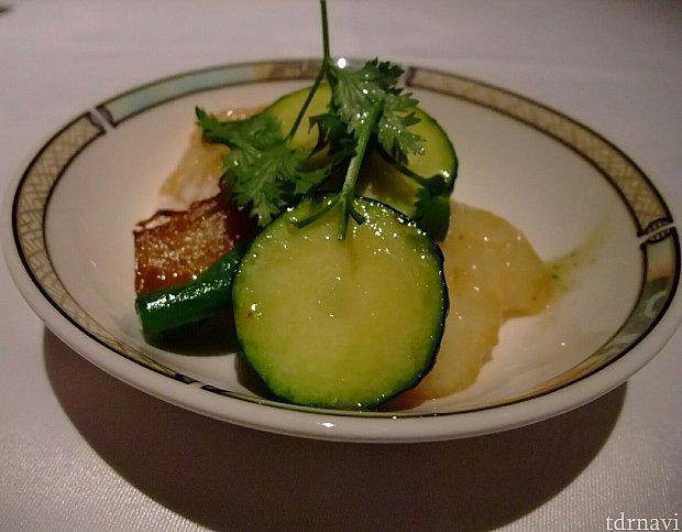 【白身魚と季節の野菜の炒め 香菜ソース】添えられたパクチーソースは少量でもインパクト大。  白身魚は大好きなカラスガレイ。ズッキーニも美味しい。