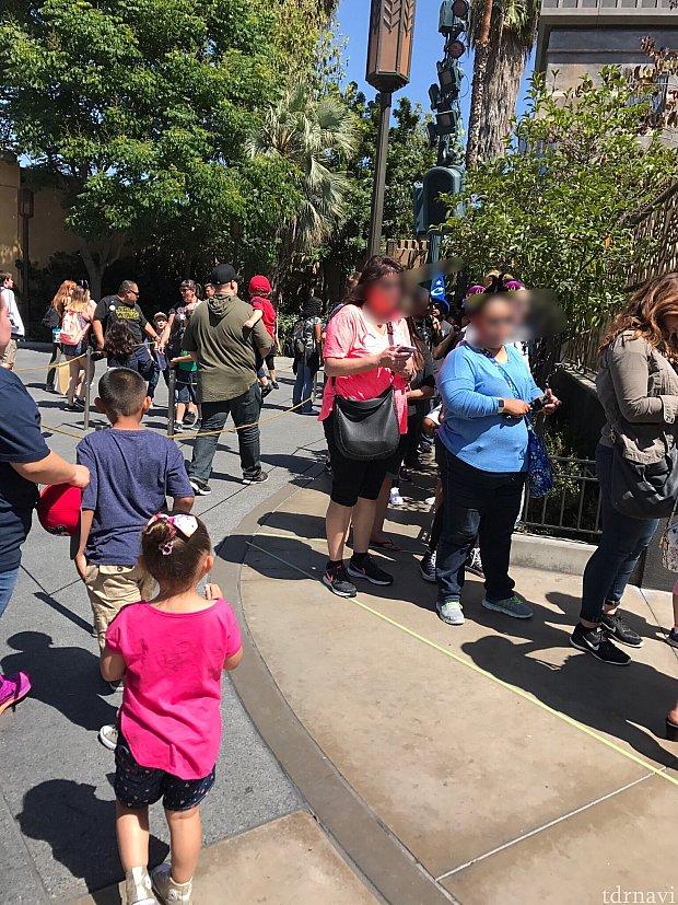 グルートの並び列は向かって左側にロープが張られてます。この写真はショーが終わった直後なのでどんどん人が流れ込んでます。
